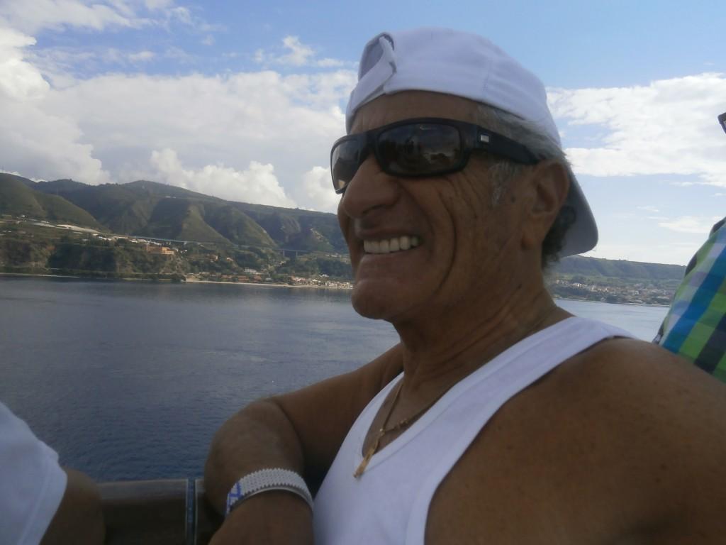 In navigazione attraverso lo Stretto di Messina fra Scilla e Cariddi
